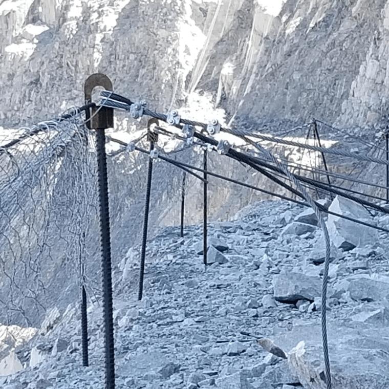 Slope mesh for rock burst protections